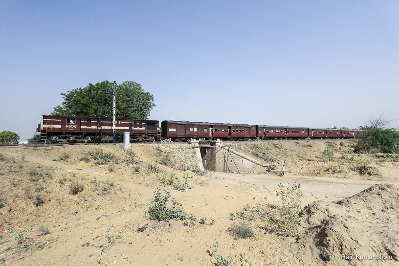 Shekhawati Express blog - Train 52088 from Churu arrives at Fatehpur